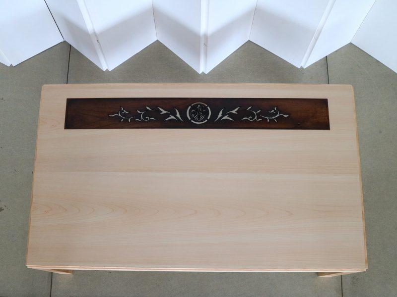仏壇の上部の飾り板を、天板に象嵌してテーブルに活かした