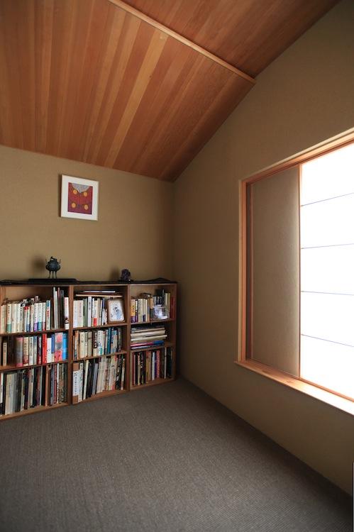 この本棚の上に仏壇を置く
