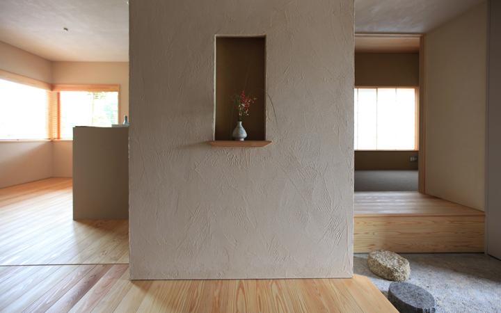 写真右手に玄関があり、右奥に見える三和土から一段上がった部屋が 通称「離れ」
