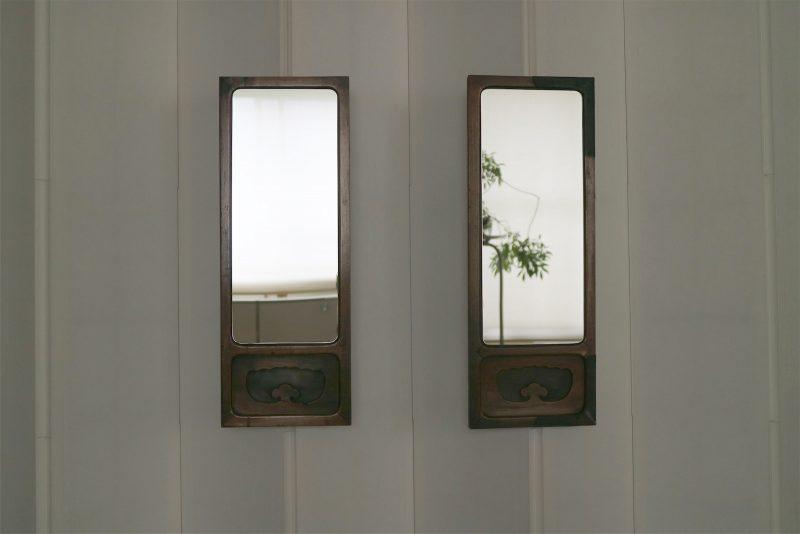 扉2枚の枠を活かした鏡をつくり、一枚は弟さんに