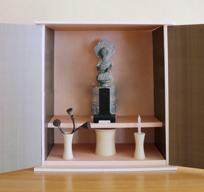 仏壇模型の中に仏像と位牌の模型を置いてサイズ感を確認した