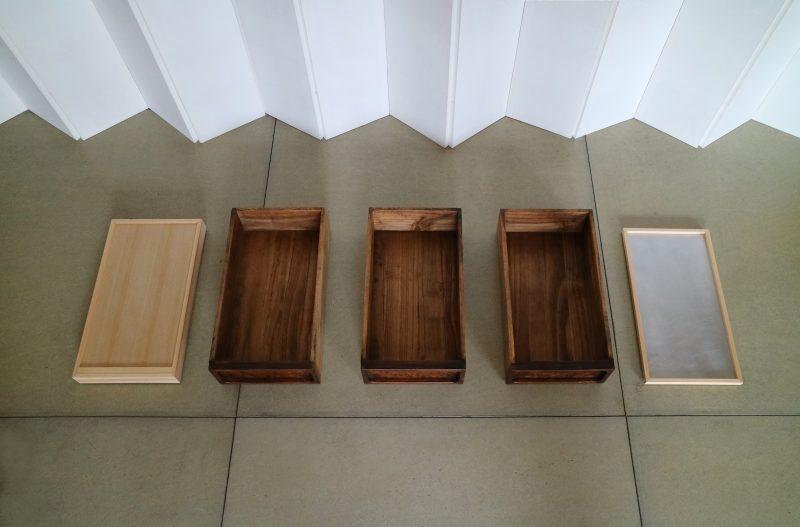 下の段はキャスターの箱、一番上はお茶などがおけるようにアルミの板を貼っている